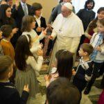 Papa pede que adolescentes contagiem o mundo com a alegria