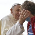 Presente do Papa a leilão beneficente ajuda crianças com câncer a viajar a Lourdes